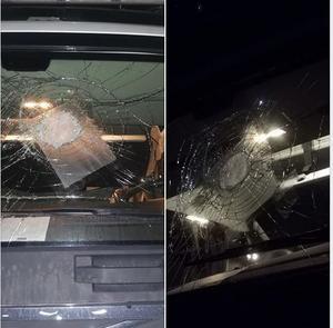 Lastbilschauffören har själv fotat av hur vindrutan såg ut efter att stenen träffat den.