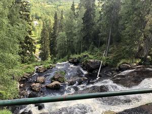 Skribenten menar att det är människans påverkan i naturen som orsakar de ojämna vattenflödena, i till exempel Västanåfallet.