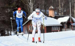 Charlotte Kalla hade inte den riktiga speeden i kroppen, men var ändå nöjd. Bakom henne i bild syns loppets fyra Anna Dyvik, IFK Mora.