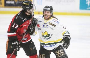 Käften går när Elias Bjuhr lirar hockey.