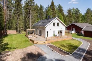 Villa med öppen planlösning med 2,5 meter i takhöjd. Foto: Fastighetsbyrån