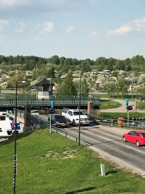 Här har två bilar fastnat mellan den öppna bron och en avfartsbom. Foto: Privat