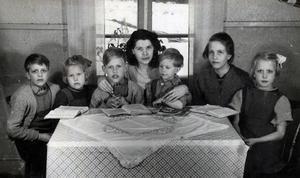 Syskonen Lennart, Anita, Halvar, Leif, Viola, och Elsa Norring, samt i mitten, Tyra Molarin, som först tog hand om syskonen sedan deras mamma avlidit i cancer. Foto: Knut Sällström