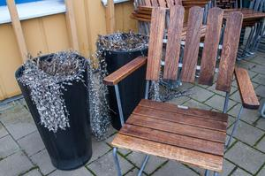 """Snart kommer trädgårdsmöblerna fram. Är man rädd om en kruka eller stol kan det vara bra att låsa in när du inte är hemma. """"Det går att byta krukorna mot plast, men det ska man inte behöva. Men kan du försvåra för tjuven så rekommenderar jag det,"""", säger Jan Sköldberg."""