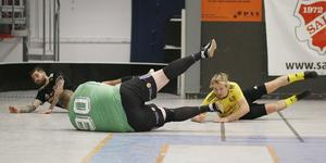 Den här målchansen slutade med tre spelare på fall i herrseniorernas semifinalen mellan Sala AC och Heby AIF.