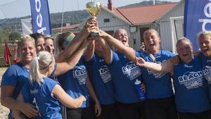 """Lag """"Nordea"""" med segerpokalen och Johanna Ström(längst till vänster i bild) kunde äntligen få känna på segerns sötma."""