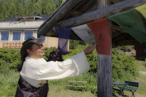 Buddistiska mantran är en viktig del när Lhaksam utövar sin religion.
