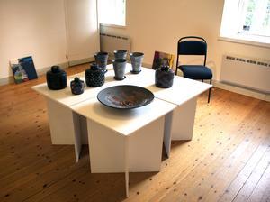 Katrineholmskeramikern Lena Svensson ställer ut sina verk på Stenhuset i Surahammar.