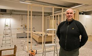 Bengt Eriksson är chef för Arbetscenter som nu samlas under ett tak i den nya fastigheten på Nybyggsvägen. Just nu pågår ett bygge av ett kök som i första hand ska serva den egna verksamheten.