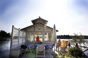 Björn Igsénius och Gunilla Igsénius har ett eget badhus vid Dalälvens strandkant i Söderfors.