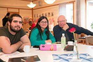 Mustafa Al-heran från Irak och Priscila Lindfors från Brasilien satt och pratade svensk grammatik med Max Claesson. Det rådde delade meningar om det var lätt eller svårt.