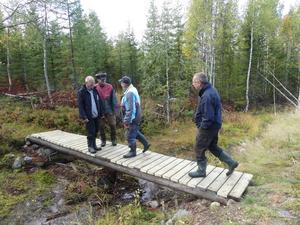 Nu är bron färdigbyggd. Den kommer att hålla konstaterar byggarna. Foto: Karin Lindström