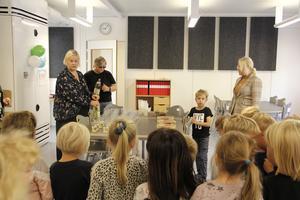 Invigningen firades med snackskalas i klassrummet.