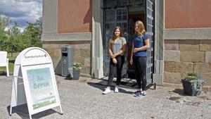 Sara Olsson och Emma Kvist är två av dem som håller Kung Karls kyrka öppen i sommar.