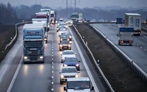Debattören vill att en vägslitageavgift införs för tunga lastbilar. Foto: Johan Nilsson/TT
