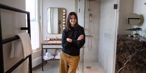 Noemi Ivanova i ett av badrummen på nya Bank Hotel som hon har hjälpt till att inreda. Där är duschhörnan kaklad, men inte övriga badrummet – en tydlig trend just nu. Diskreta plattor i storformat och närmast osynliga fogar är också hett. Foto: Jessica Gow / TT