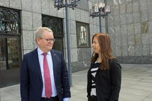 Patrizia Strandman, samhällsbyggnadsstrateg på Västerås stad, anser att Sjöfartsverkets förslag är unikt på ett dåligt sätt.  Kommunstyrelsens ordförande Anders Teljebäck (S) håller med.