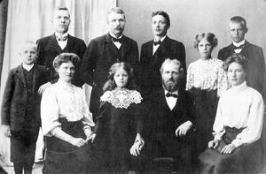 Erik Lindström omgiven av sin familj, någon gång efter hustrun Britas död. Foto: Privat, ur boken