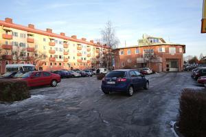Parkeringsplatserna bakom Systembolaget försvinner. Ludvikahem har beslutat att omgående sluta ta betalt för platserna på Trädgårdentomten.