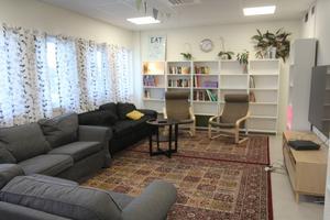 Ett av stödboendets två samlingsrum med soffor, böcker och tv. Inget av sovrummen är utrustat med tv, tanken är att man ska titta tillsammans som en umgängesform.