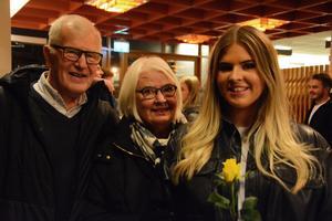 Signe Olsson tillsammans med sina morföräldrar Olle och Carin Byström.