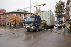 Magnus Marburger körde försiktigt genom stan med den stora lasten. Det här var en alldeles speciell transport även för personalen hos Kraftdragarna.