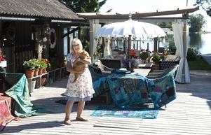 Pia Högström Stolt med katten Torsten på verandan i Ållerviken.