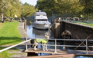 Fritidsbåten Lady Sofie på väg genom slussen från Hjälmare kanal.