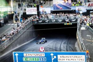 Örebro Race day 2016 . Marcus Ericcson kör en Sauber formel 1-bil genom Rudbeckstunneln.  Arkivfoto