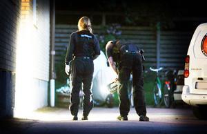 Polisens tekniker på plats på Drottninggatan efter med misstänkta mordförsöket i juni.