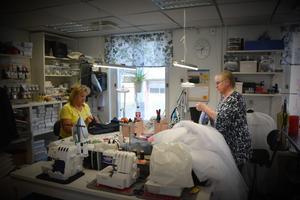 Carina Henriksson och Ann-Marie Rönngren på Sömmerskan jobbar på för fullt inför balen.
