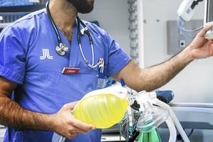 Debattörerna vill se obligatorisk kontroll ur belastningsregistret vid anställning inom vården. (Läkaren på bilden har inget med artikeln att göra).