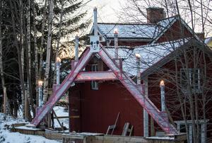 Den stora adventsljusstaken står på familjen Davidssons tomt vid Grycksbos norra in- och utfart intill riksväg 69