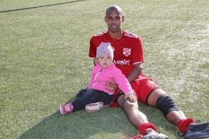 Efter matchen får spelande tränare i Sala FF tröst av dottern Tuwa-Li.