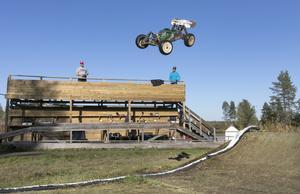 Buggybilarna är robust byggda vilket kan behövas. I hoppen flyger de fram två meter upp i luften.