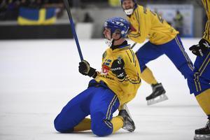 Adam Gilljam glider på knäna och vrålar ut sin glädje efter att ha avgjort VM-finalen mot Ryssland. BILD: Janerik Henriksson/TT