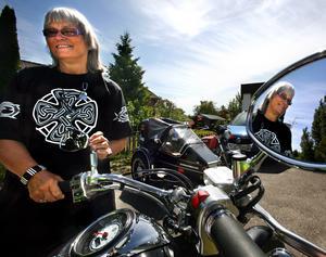 Mycket av Katarina Huss liv kretsade kring motorcyklar. Här ses hon på en NA-bild från 2008. Hon hade då kört mc i 50 år. Foto: NA arkiv/Stig Nyström