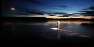 Min man Jonas Stridsberg väntar med spänning på att isen ska bli tillräckligt tjock för ismete. Här är isen sex cm tjock. Foto: Karin Eklund