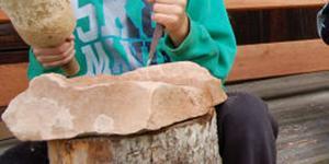 Under årens lopp har Orsasandsten både använts som slipsten och som byggnadssten. Bilden togs för ett par år sedan då Orsa Slöjdlag bjöd in samtliga Orsas elever i årskurs 5 att prova på olika hantverk, bland annat att hugga i sandsten.