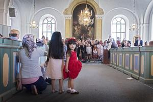 Sham och Naya Birgitta Khaled  tittade på när storebror sjöng i kyrkan.