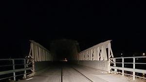 Mankellbron i skenet av en bils strålkastare.