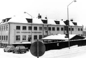 I kvarteret Slakteriet, som ramas in av Prästgatan och Storgatan, respektive Brunnsgränd och Tullgatan, revs flera fastigheter i början av 1980-talet. En av dessa var Erik Johanssons snickerifabrik.