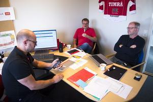 Klubbchefen Jörgen Wahlberg, till vänster, ordförande Lars Backlund och Kent Norberg i förmiddagsmöte.