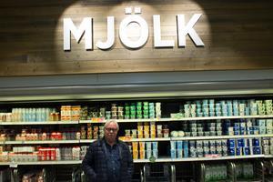 Lasse Larsson från Högmarsö handlar mjölk på Ica kvantum Flygfyren i Norrtälje.