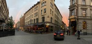 En läsare fångade regnbågens båda ändar med en panoramabild från Storgatan i Stenstan. Läsarbild: Magnus Nyhman
