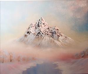 Vissa av Elin Forsbergs bergsmotiv är så skarpt tecknade att de nästan blir tredimensionella - gärna med en kontrast av dis som ger mjukhet.