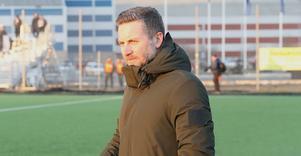 ÖSK-tränaren Axel Kjäll hade inte mycket att le åt i Nyköping på söndagen. Förlust mot division 1-laget i cupmatchen.