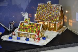 Någon kan bli lycklig ägare till dessa pepparkakshus, byggda av Maud Lyberg och Kerstin Mohlin.