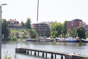 Villa Marenhill, till vänster i bild, har utsikt över kanalen. Nedanför, vid vattnet, byggs ett nytt hus med bostadsrätter. Längre till höger ligger gästhamnen.
