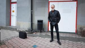 Hans Qviström utanför nedlagda Sagateatern.